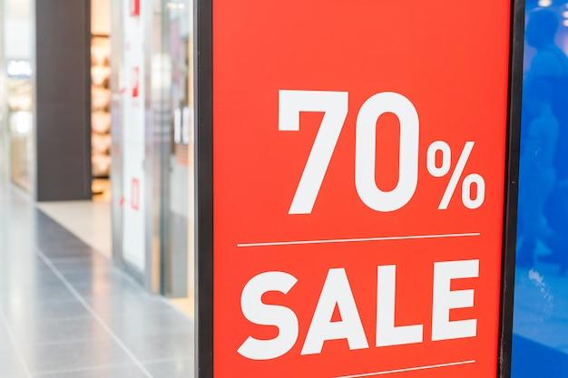 Verkoopbanner in een showcase van de klerenwinkel. zomer verkoopseizoen. uithangbord in etalage.
