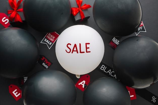 Verkoopconcept omringd door zwarte ballonnen