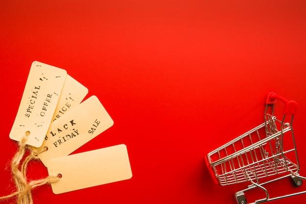 Verkoopetiketten met draaien dichtbij het winkelen karretje