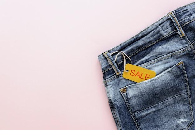 Verkoopmarkering op jeans met exemplaar-ruimte