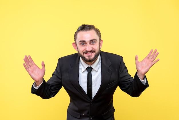 Verkoopmedewerker die met tevredenheid glimlacht