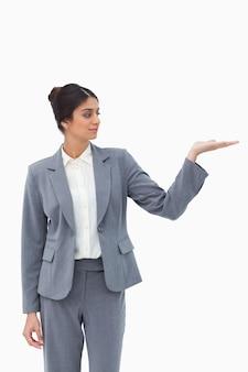Verkoopster die bekijkt wat zij in haar palm voorstelt