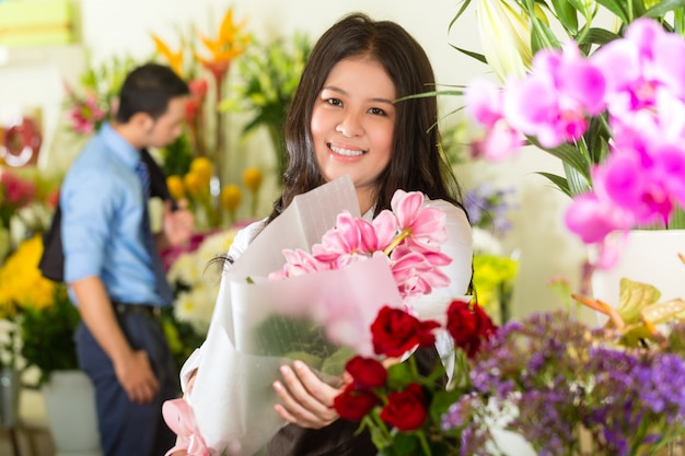 Verkoopster en klant in bloemenwinkel