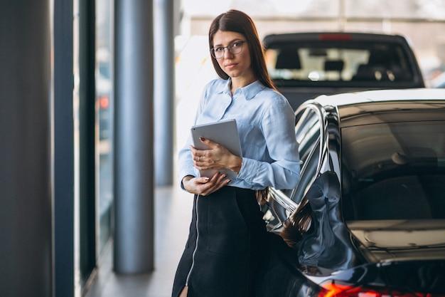 Verkoopster in een autotoonzaal