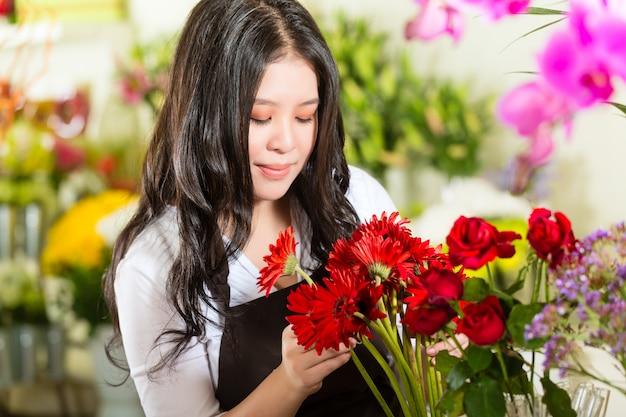 Verkoopster in een bloemenwinkel