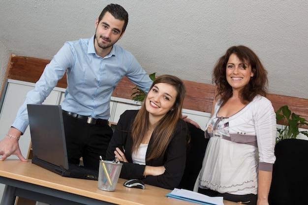 Verkoopteam dat een bedrijfspresentatie in het bureau heeft