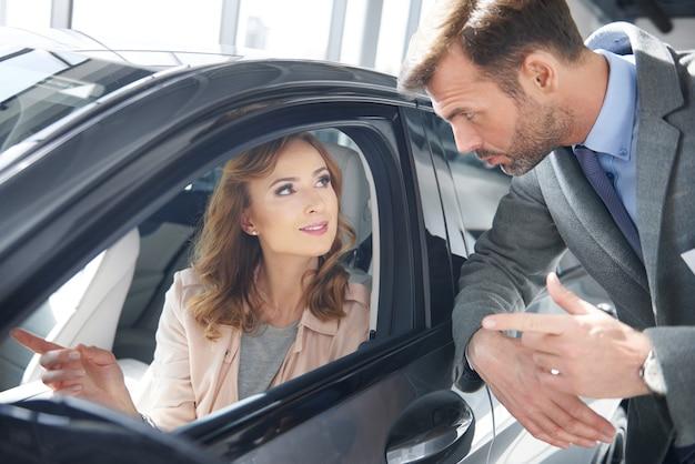 Verkoper die een advies geeft aan vrouwelijke klant