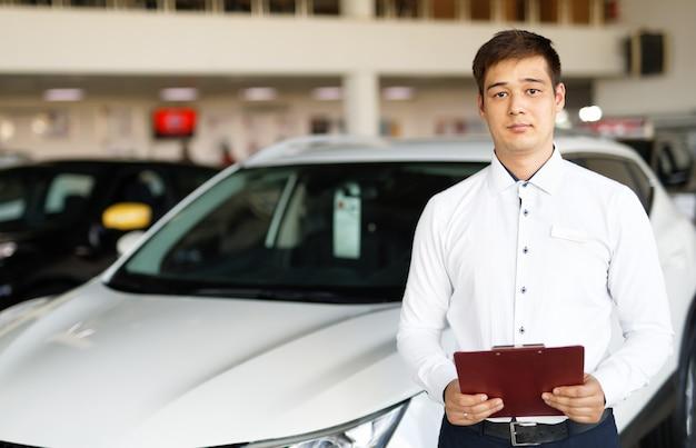 Verkoper over nieuwe auto bij dealer