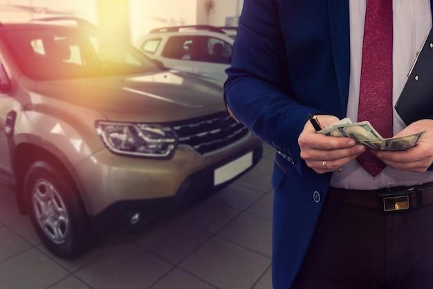 Verkoper schrijven op kladblok over verkoop of huur auto
