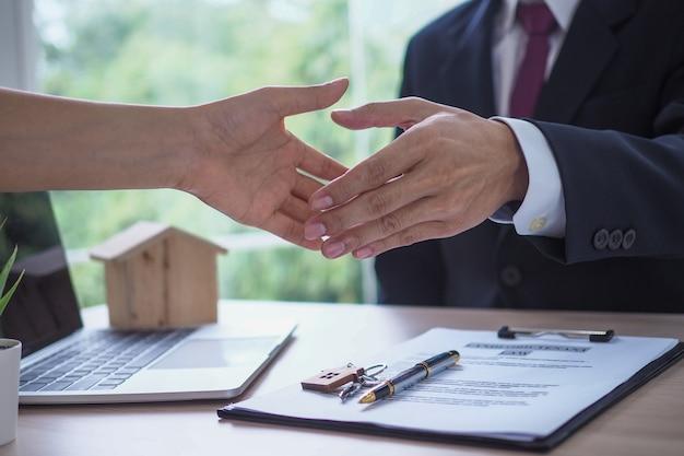 Verkoper schudt de eigenaar de hand na het onderhandelen over een woonovereenkomst