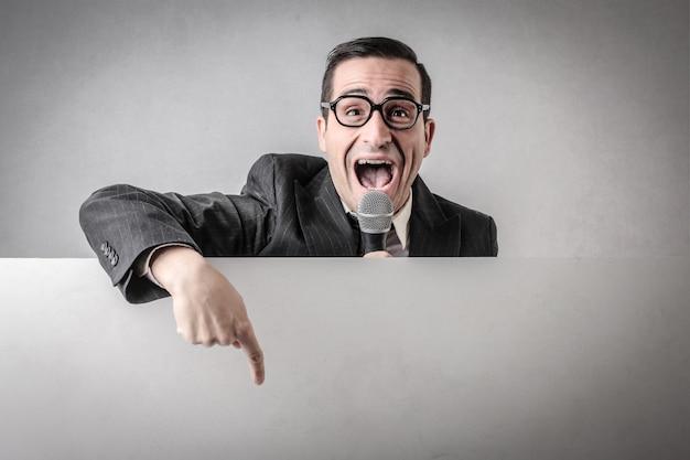 Verkoper spreekt in een microfoon