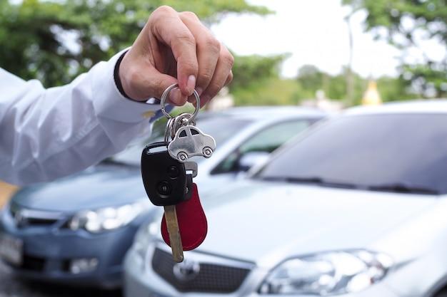 Verkoper stuurt autosleutels naar de huurder voor gebruik tijdens het reizen
