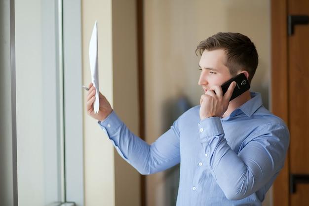 Verkoper werkt vanuit huis en praten over de telefoon