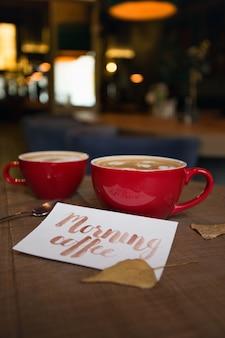 Verkwikkende koffie in de ochtend in een café