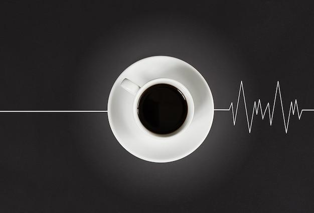 Verkwikkende koffie in de ochtend wekt het hoofd en laat het hart kloppen