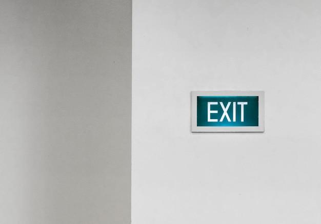 Verlaat het uithangbord op een witte muur