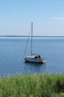 Verlaten boot op het meer in lacanau gironde frankrijk