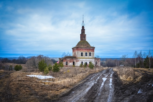 Verlaten cosmodamian kerk, vernietigde kerk van cosmas en damian, verlaten christelijke tempel, tempel tegen blauwe hemel