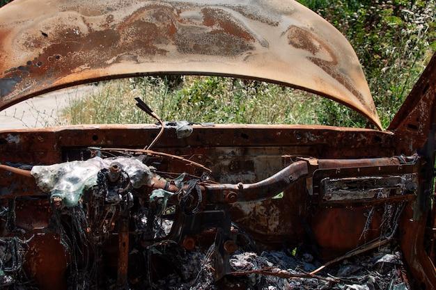 Verlaten en verbrande auto midden in het bos