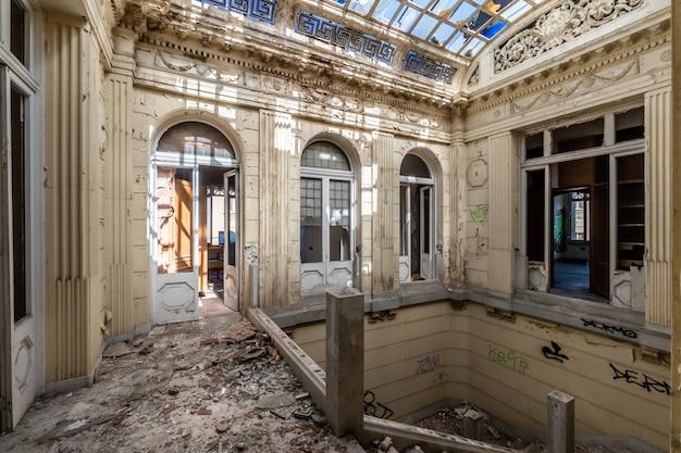 Verlaten en verwoest landhuis