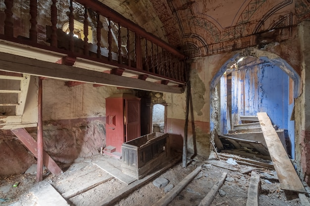 Verlaten en verwoeste kerk