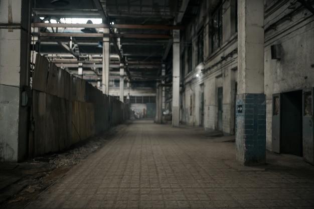 Verlaten fabrieksgang, grunge interieur, niemand. oude gebroken industrie gebouw, leeg industrieel huis