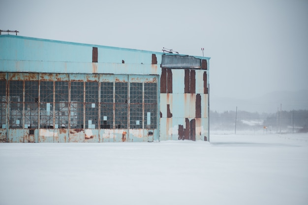 Verlaten gebouw in de winter