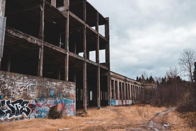 Verlaten gebouw omgeven door kale bomen