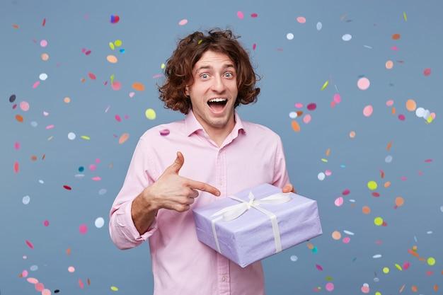 Verlaten gelukkige verjaardag man kreeg een verrassingsfeestje