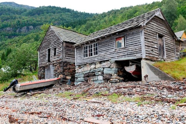 Verlaten houten huizen aan de kust, hardanger, hardangerfjord, hardangervidda, hardanger, noorwegen