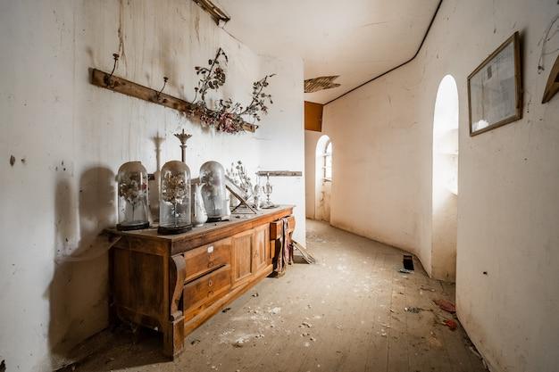 Verlaten huis met meubilair binnen