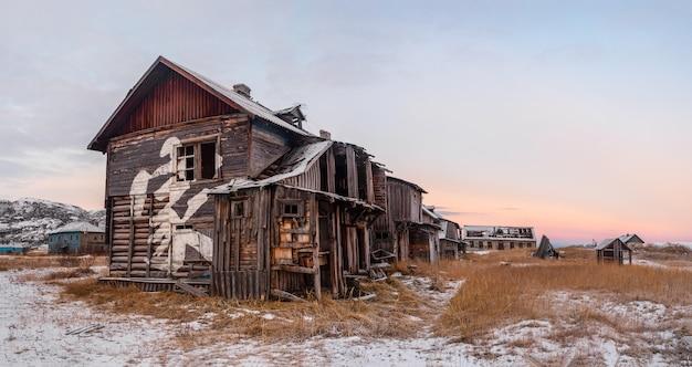 Verlaten huis op oud authentiek dorp teriberka