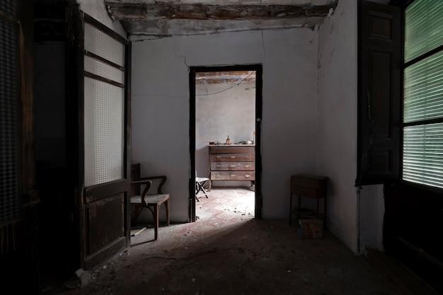 Verlaten huiskamer onder schaduwen