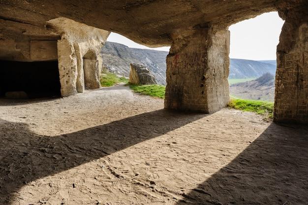 Verlaten kalksteenmijnen, oude orhei, moldavië