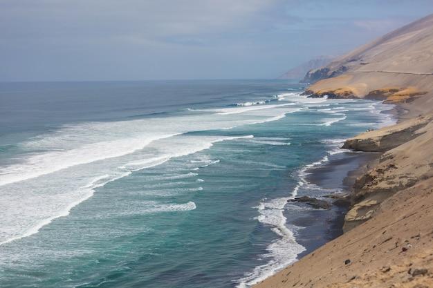 Verlaten kustlijnlandschappen in de stille oceaan, peru, zuid-amerika