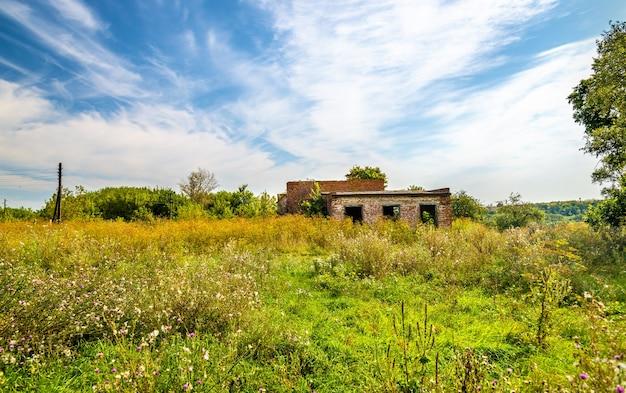 Verlaten landelijk huis van cultuur in de regio kursk in rusland