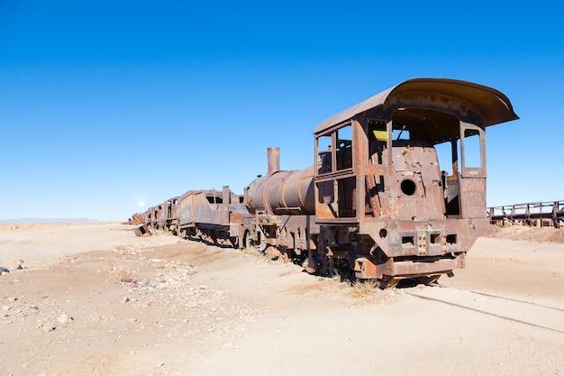 Verlaten locomotieven in boliviaanse woestijn