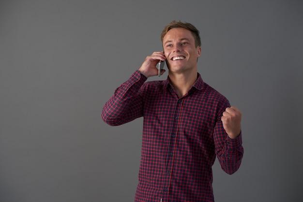 Verlaten man ontvangt goed nieuws op telefoon