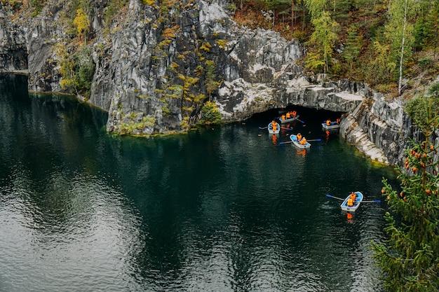 Verlaten marmeren canyon in het bergpark van ruskeala karelia rusland