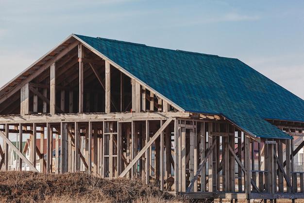 Verlaten onafgewerkt leeg huis geen ramen, verlaten bouwconcept