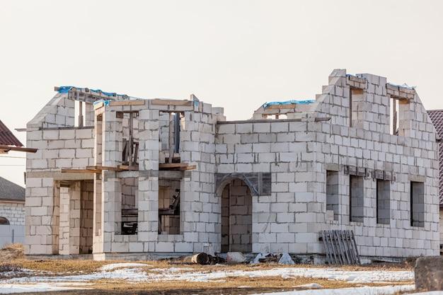 Verlaten onafgewerkt leeg huis zonder ramen