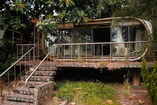 Verlaten oud gebouw met glazen ramen in een tuin in wanli ufo village, taiwan