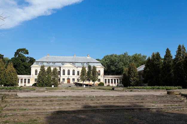 Verlaten oud gebouw - verlaten oud afbrokkelend gebouw in het dorp svyatsk, wit-rusland, het paleis van de 18e eeuw