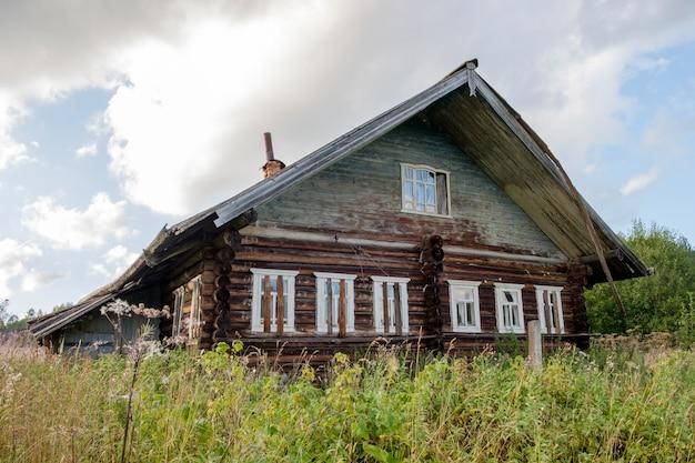 Verlaten oud huis in dorp Premium Foto