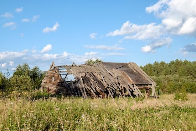 Verlaten oud huis in dorp