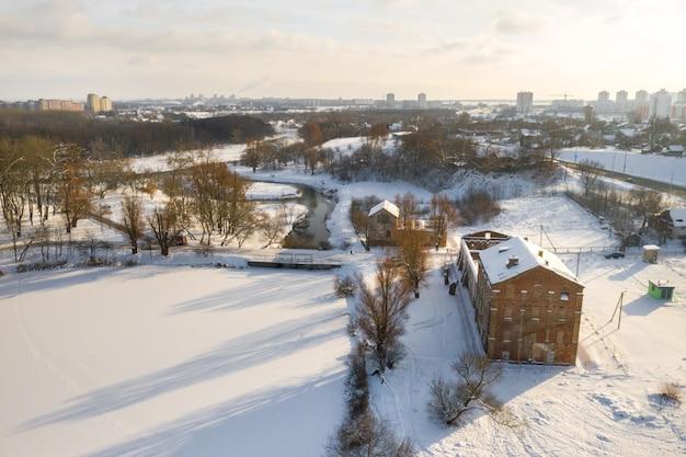 Verlaten oude gebouwen in het winter loshitsky park minsk, wit-rusland