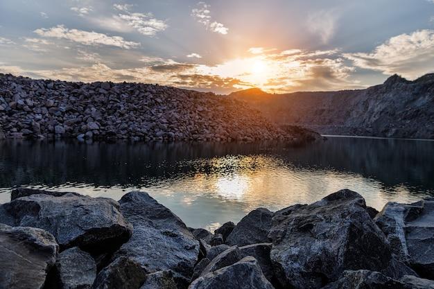 Verlaten steengroeve voor mijnbouw. horizontaal kader