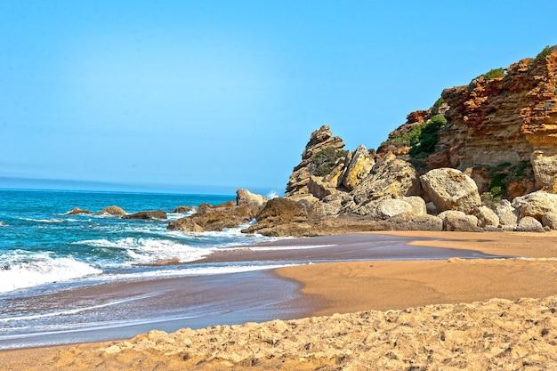 Verlaten strand aan de atlantische kust bij cadiz, spanje.