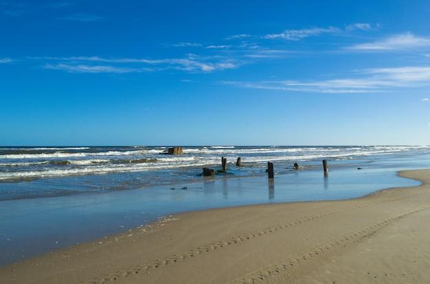 Verlaten strand ten zuiden van brazilië
