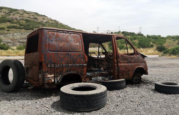 Verlaten uitgebrande auto